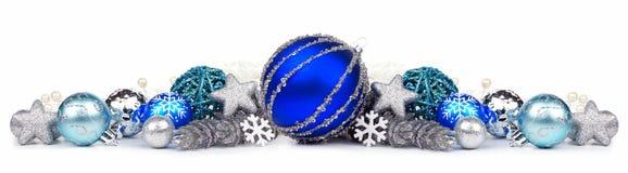 Frontera de la Navidad de los ornamentos del azul y de la plata sobre blanco Imagenes de archivo