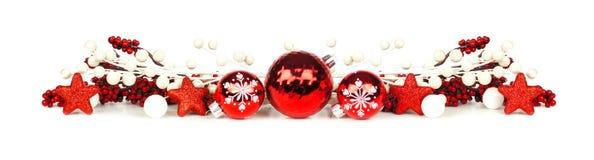 Frontera de la Navidad de ramas y de ornamentos rojos y blancos Fotografía de archivo libre de regalías