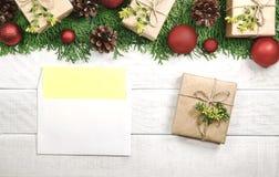 Frontera de la Navidad de Tui y ornamento con las bolas y los conos rojos e Imagen de archivo