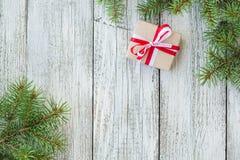 Frontera de las cajas de regalo de la Navidad y rama de árbol de abeto en la tabla de madera Imagenes de archivo