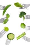 Frontera de las verduras verdes frescas aisladas en forkes imagenes de archivo