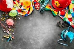 Frontera de los accesorios coloreados arco iris del carnaval fotos de archivo libres de regalías