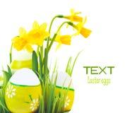 Frontera de los huevos de Pascua con las flores Fotografía de archivo libre de regalías