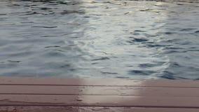Frontera de madera de la piscina