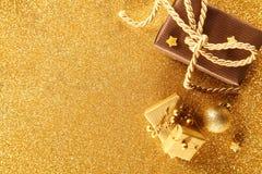 Frontera de oro del regalo de la Navidad Imágenes de archivo libres de regalías