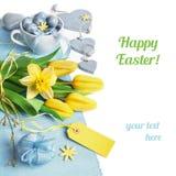 Frontera de Pascua con los tulipanes amarillos y la decoración azul claro de la primavera Fotos de archivo