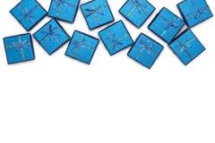 Frontera de regalos brillantes azules en el fondo blanco Decoraciones del ` s del Año Nuevo Fotos de archivo