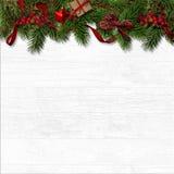 Frontera decorativa de la Navidad con las ramas del abeto y las bayas rojas en blanco ilustración del vector