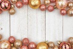Frontera del doble de la Navidad del oro color de rosa y de los ornamentos de oro en la madera blanca imagenes de archivo