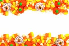 Frontera del doble del caramelo de Halloween sobre blanco Imagen de archivo libre de regalías