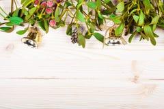 Frontera del fondo de la Navidad con las decoraciones de la chuchería del oro Imagenes de archivo