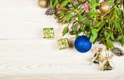 Frontera del fondo de la Navidad con las decoraciones de la chuchería del oro Fotos de archivo libres de regalías