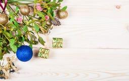 Frontera del fondo de la Navidad con las decoraciones de la chuchería del oro Imagen de archivo libre de regalías