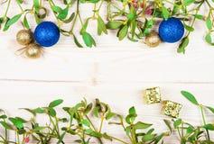 Frontera del fondo de la Navidad con las decoraciones de la chuchería del oro Imagen de archivo