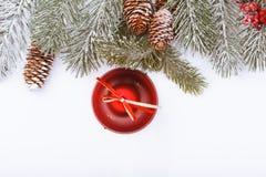 Frontera del marco de la Navidad en blanco, ramas, conos y campana roja Foto de archivo libre de regalías