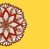 Frontera del modelo de la mandala de Brown en fondo amarillo Foto de archivo libre de regalías