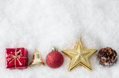 Frontera del ornamento de la Navidad en nieve Fotografía de archivo libre de regalías