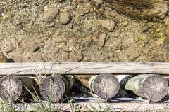 Frontera del río hecha de pilares de madera Imagen de archivo