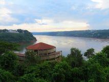 Frontera del triple del ¡de Río Paranà y x28; side& brasileño x29; - Foz hace Iguaçu, el Brasil Fotografía de archivo