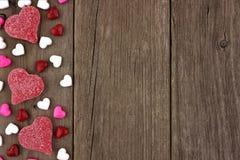 Frontera en forma de corazón del lado del caramelo del día de tarjetas del día de San Valentín en la madera rústica Fotografía de archivo libre de regalías
