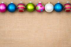 Frontera festiva de la chuchería de la Navidad en la arpillera Imagen de archivo libre de regalías