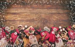 Frontera festiva de la Navidad con el calendario del advenimiento Imagen de archivo libre de regalías