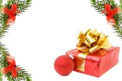 Frontera festiva de la Navidad con los regalos Imágenes de archivo libres de regalías
