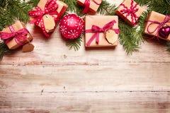 Frontera festiva de la Navidad sobre la madera Imagen de archivo libre de regalías