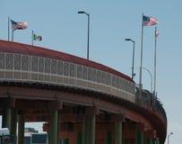 Frontera internacional en las banderas de El Paso Santa Fe Bridge imágenes de archivo libres de regalías