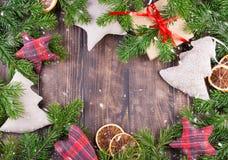 Frontera, marco de ramas de árbol de navidad con los conos del pino y bayas del acebo Imagenes de archivo