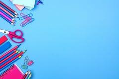 Frontera rosada y azul del lado de fuentes de escuela sobre un fondo azul en colores pastel Fotografía de archivo libre de regalías
