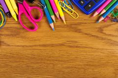 Frontera superior de las fuentes de escuela en el escritorio de madera Foto de archivo