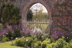 Frontera y arco del jardín Foto de archivo