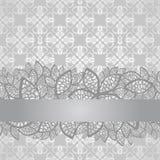 Frontière argentée de dentelle sur le papier peint argenté floral Photo libre de droits