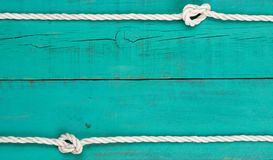 Frontière blanche de corde sur le fond en bois rustique bleu de sarcelle d'hiver antique vide Photographie stock libre de droits
