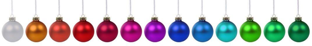 Frontière colorée de boules de Noël dans une rangée d'isolement photographie stock libre de droits