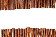 Frontière décorative des bâtons de cannelle d'isolement sur le backgroun blanc Photos libres de droits