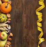 Frontière d'automne sur une table en bois Photo stock