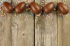 Frontière d'oeuf de pâques de chocolat sur le bois photo libre de droits