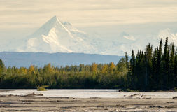 Frontière de bout de chaîne de montagne de l'Alaska de cieux de croisement de rivière de delta Photographie stock libre de droits