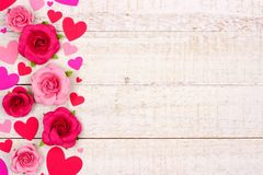 Frontière de côté de jour de valentines des coeurs et des roses contre le bois blanc rustique Image stock