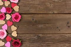 Frontière de côté de jour de valentines des coeurs et des roses contre le bois rustique Photos stock