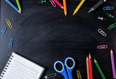 Frontière de côté de fournitures scolaires sur un fond de tableau École s Images stock