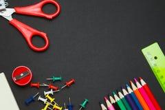 Frontière de côté de fournitures scolaires sur un fond de tableau Images stock