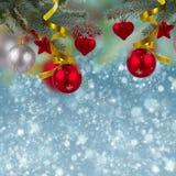 Frontière de décorations de Noël sur le fond de neige Photographie stock