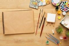 Frontière de diverse papeterie pour l'art, vue supérieure Photos stock