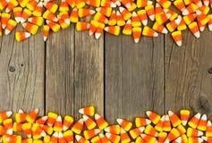 Frontière de double de bonbons au maïs à Halloween au-dessus de vieux bois Photo libre de droits