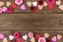 Frontière de double de jour de valentines des coeurs et des roses contre le bois rustique Images libres de droits