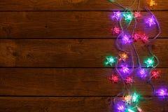 Frontière de lumières de Noël sur le fond en bois Photos libres de droits