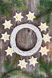 Frontière de Noël : étoiles de guirlande de lumières et branches chaudes confortables de sapin autour d'une guirlande blanche sur photo libre de droits